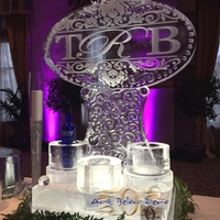 Thumb_monogram_with_damasque_ornaments_and_vodka_holders_ice_sculpture