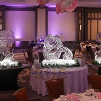 Thumb_nurturing_mother_and_baby_ice_sculpture_display_for_the_beautiful_hilton_oak_brook_hills_resort_in_chicago