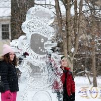 Thumb_snowman_7ft_of_swirly_awesomnes_at_a_winter_festival